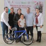 Ayudan con bicicletas a niños y niñas de bajos recursos