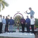 Colocan ofrenda floral en honor a los maestros