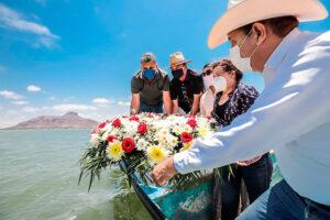 Colocan ofrendas florales por el Día de la Marina
